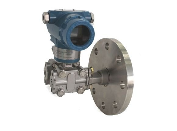 Direct flange mounted differential pressure transmitter
